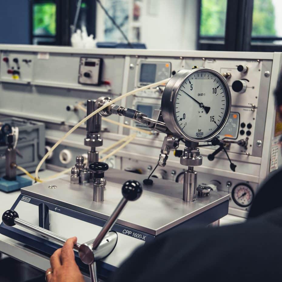GMS_Instruments_Calibration_WIKA_Pressure_Gauge_operating